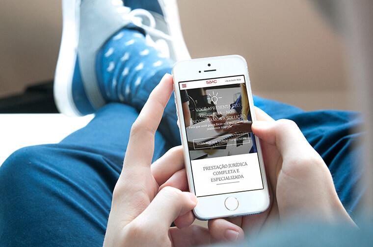 iPhone com captura de tela do site SBAC
