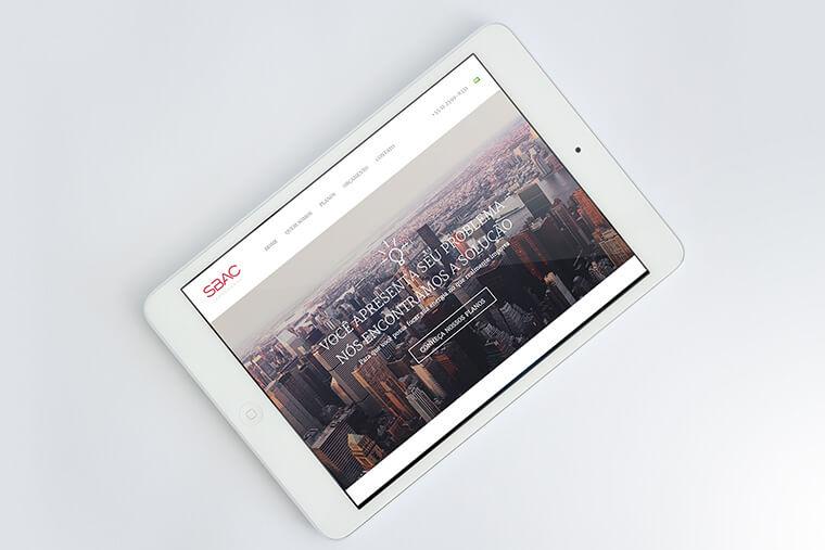iPad Mini com captura de tela do site SBAC